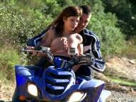 Vidéo porno mobile : Anal riding on a quad
